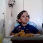 Il bimbo amante degli animali. Commovente! [VIDEO]