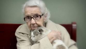 Vecchietta di 102 anni si innamora di un gatto abbandonato