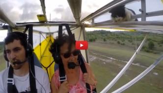 Ultraleggero in volo, a bordo spunta un gatto [VIDEO]