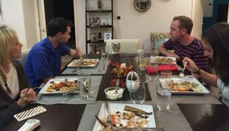 Fidanzati fotografano per un anno la loro gatta mentre cenano