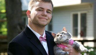 Nessuna ragazza accetta il suo invito, lui porta la gatta al ballo della scuola