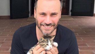 Nek salva e adotta un gattino abbandonato