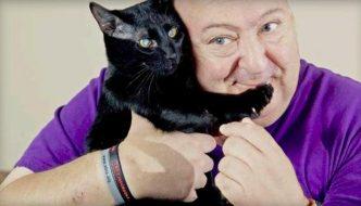 Blake, il gatto che ha salvato il suo umano mordendogli i piedi