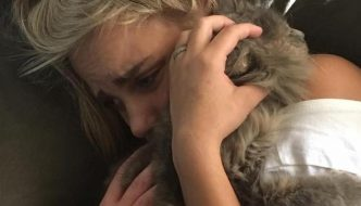 Donna cerca il suo gatto e trova un altro micio smarrito