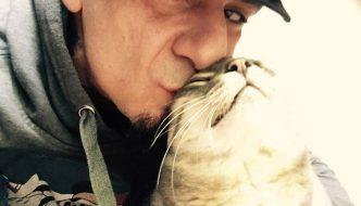 Lo straziante addio di J-AX al suo gatto che è volato sul Ponte dell'Arcobaleno