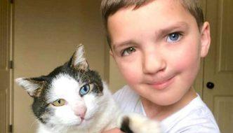 Ragazzo con aspetto unico fa amicizia con un gatto identico a lui